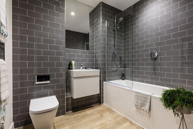 Bathroom of Hornchurch Square, Farnborough GU14