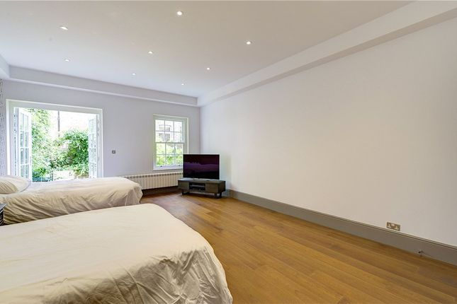 Flat for sale in Mount Row, London