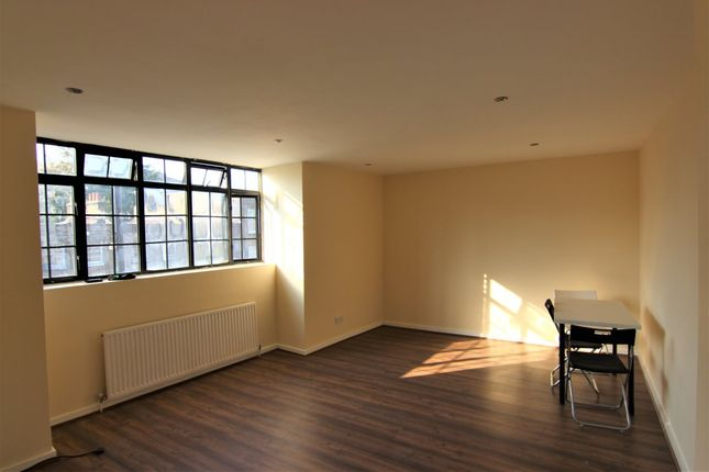 Flat to rent in Mare Street, London