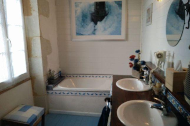 Bathroom 1 of Duras, France