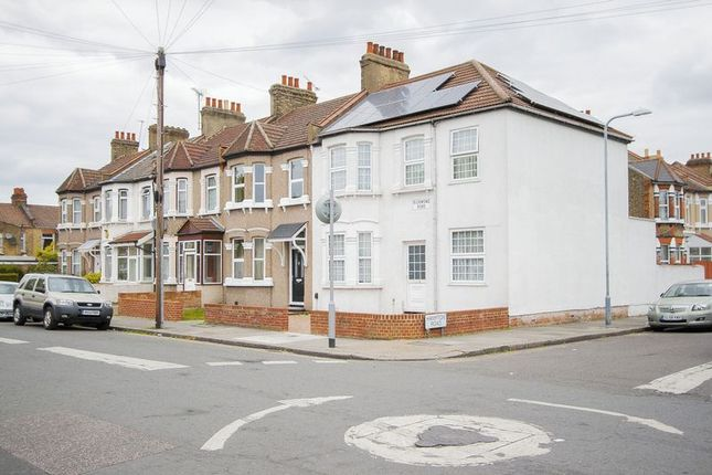 2 bed terraced house to rent in Richmond Road, Ilford