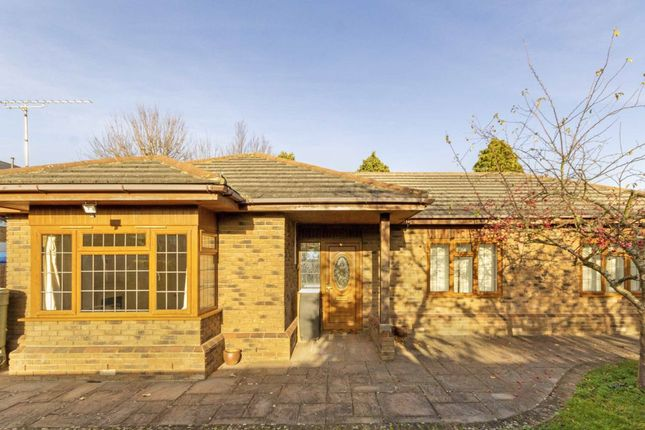 3 bed bungalow to rent in Alexandra Road, Ashford TW15