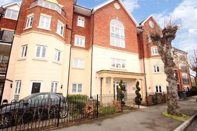 2 bed flat to rent in Rosemount Avenue, West Byfleet KT14