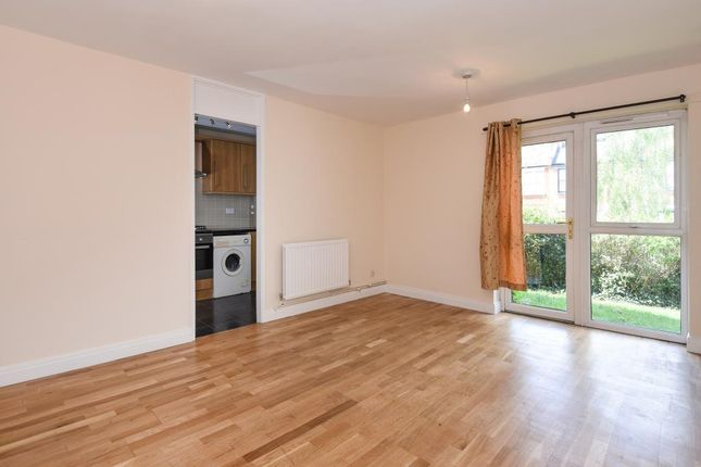 2 bed flat to rent in Springfield Close, London