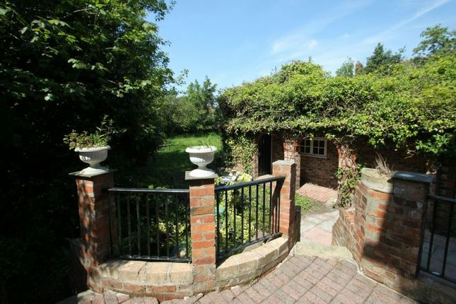 Gardens Aspect 4 of Priory Road, Sale M33