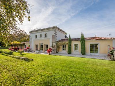 Properties for sale in la rochelle commune la rochelle for Garage ad la rochelle