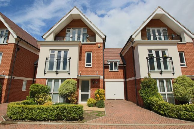 Thumbnail Town house to rent in Temple Mead Close, Maidenhead