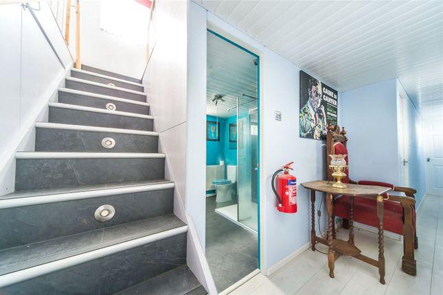 box 34 medway bridge marina manor lane rochester kent. Black Bedroom Furniture Sets. Home Design Ideas