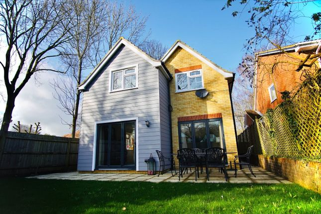 Thumbnail Detached house to rent in Venetia Close, Emmer Green, Reading