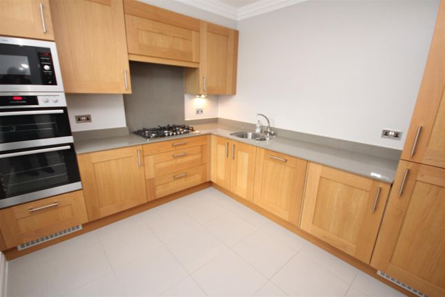 3 bed flat to rent in Jenner Road, Guildford