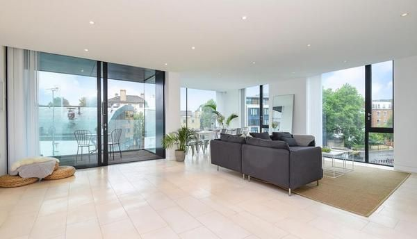 Thumbnail Flat to rent in Oval Road, London NW1,
