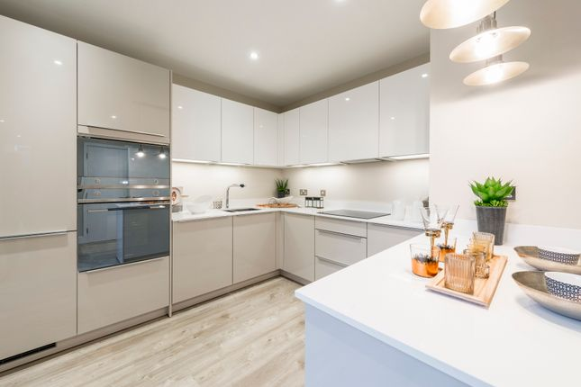 Thumbnail Flat for sale in Woodside Square, Woodside Avenue, Muswell Hill, London