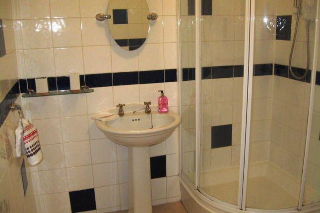 Bathroom of Flat 7, 18 St Johns Terrace, University LS3