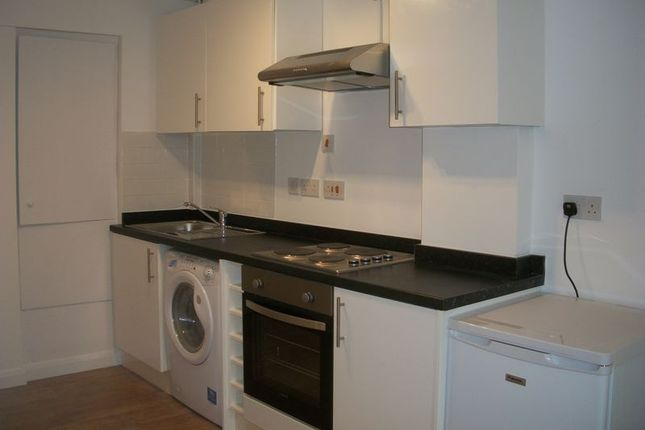 Flat to rent in Chipstead Valley Road, Coulsdon