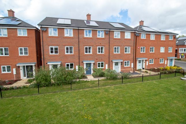 3 bed town house for sale in Jubilee Drive, Church Crookham, Fleet GU52