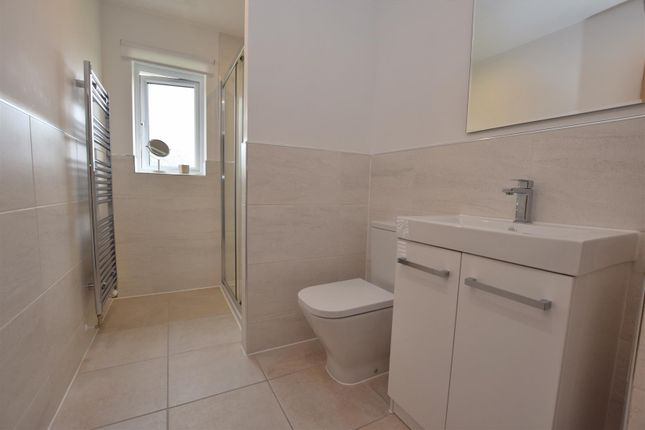 Well Appointed Contemporary En-Suite Shower