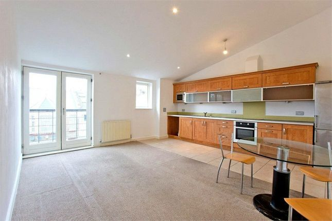 3 bed flat to rent in Wellington Road, London