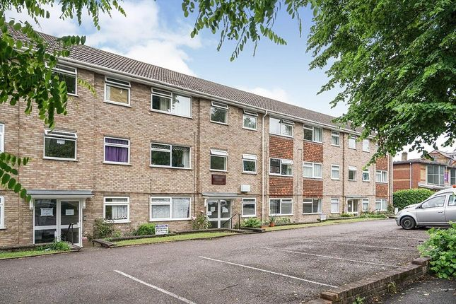 2 bed flat to rent in Grove Road, Sutton SM1