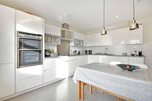 3 bed flat to rent in Salusbury Road, Queens Park