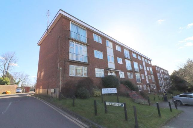 2 bed flat to rent in The Larches, Luton, Bedfordshire LU2