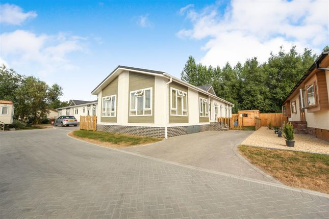 Thumbnail Mobile/park home for sale in Station Road, Salford Priors, Evesham