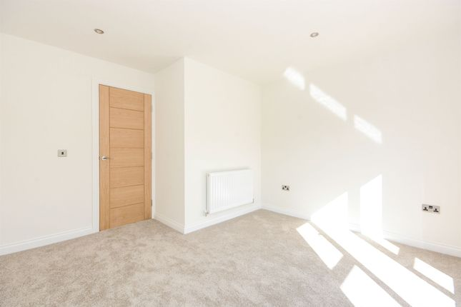 Thumbnail Town house to rent in Staveley Road, Chesterfield