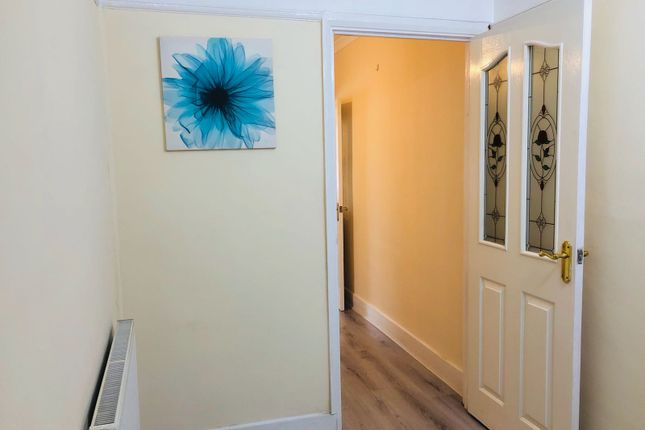 2 bed flat to rent in Gainsborough Avenue, Ilford
