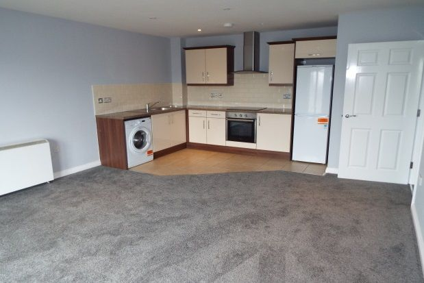 2 bed flat to rent in Lansdowne Road, Tilbury