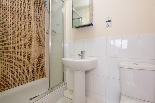 En-Suite of Herent Drive, Clayhall, Ilford, Essex IG5