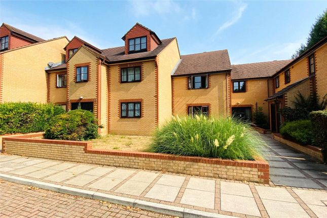 2 bed flat to rent in Blenheim Court, Avenue Road, Staines-Upon-Thames, Surrey TW18