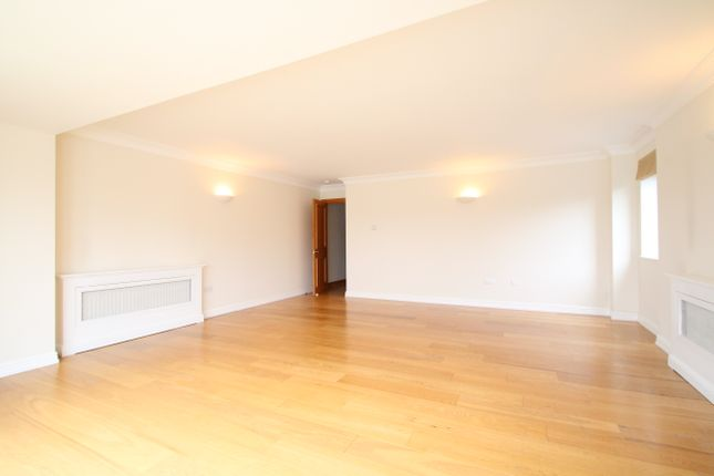 3 bed flat to rent in William Morris Way, London