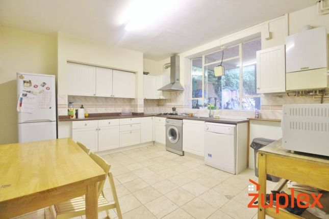 3 bed maisonette to rent in Upper Clapton Road, London