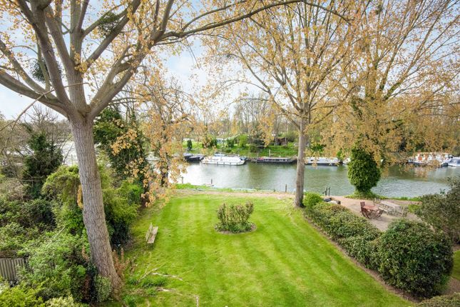 2 bed flat for sale in Hampton Court Road, East Molesey