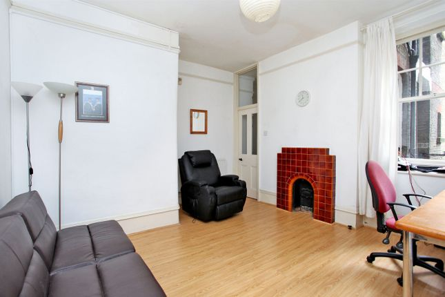 2 bed flat to rent in Arlington Park Mansions, Sutton Lane North, London
