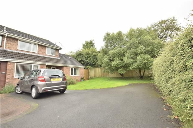 2 bed end terrace house for sale in Coombes Way, North Common