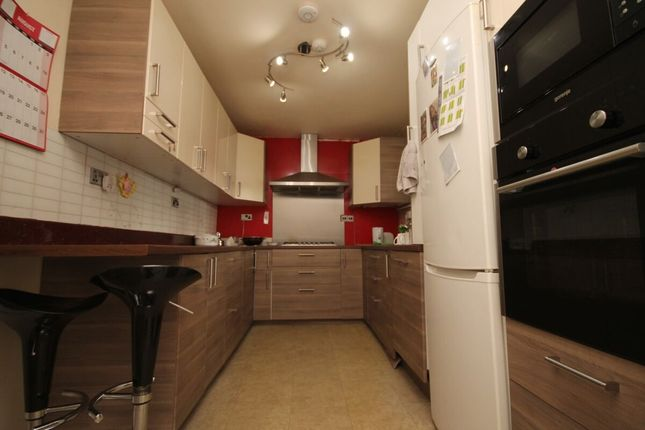 5 bed terraced house to rent in Straight Road, Romford RM3
