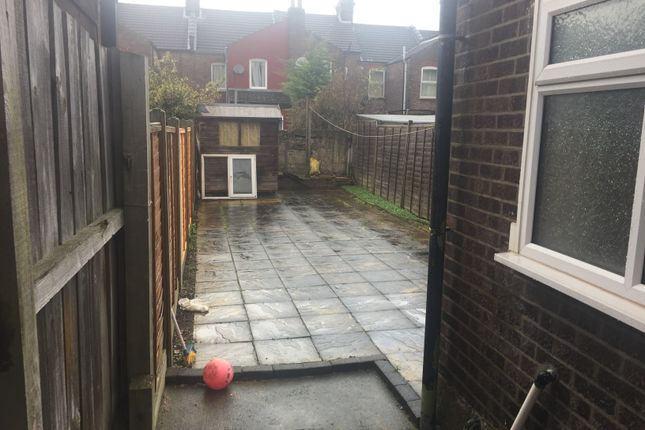 2 bed terraced house to rent in Oak Road, Luton