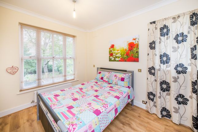 2 bed flat to rent in Warwick Gardens, London