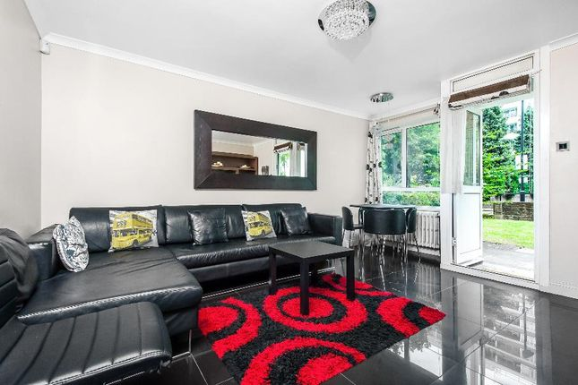3 bed flat to rent in Churchill Gardens, London