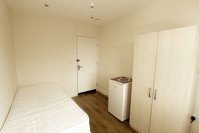 Room to rent in Central Road, Morden SM4