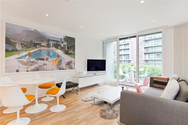 2 bed flat to rent in Queenstown Road, London
