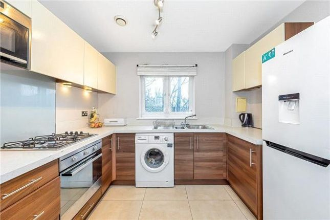 2 bed flat to rent in Thomas Drive, Gidea Park, Romford RM2