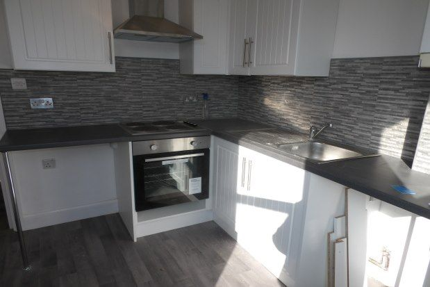 2 bed flat to rent in Hamlet Road, Southend-On-Sea SS1