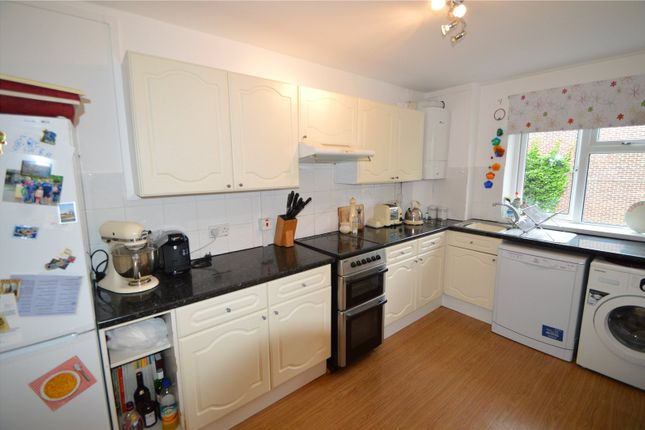 2 bed flat to rent in Petrel Court, Croxted Road, London