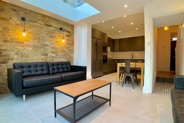 Thumbnail Town house to rent in Henshaw Street, London