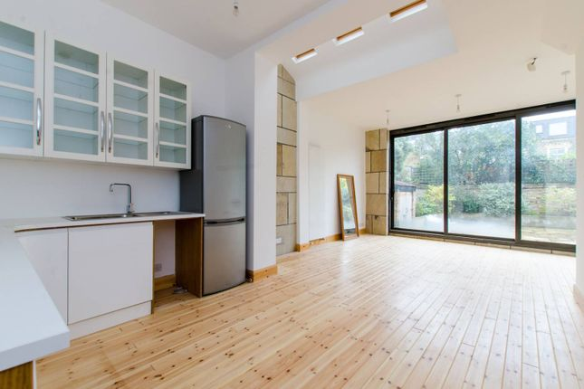 3 bed flat to rent in Fairlawn Grove, Chiswick