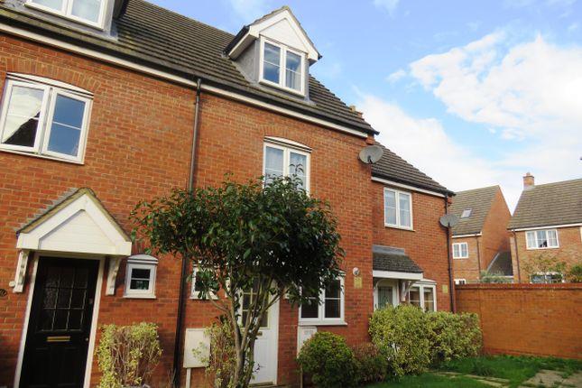 Thumbnail Town house to rent in Foxholes Close, Deanshanger, Milton Keynes