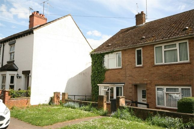 2 bed flat to rent in Church Street, Finedon, Northamptonshire