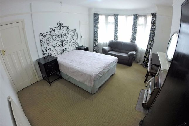 Thumbnail Room to rent in Sutton Lane, Hounslow