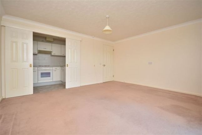 Thumbnail Flat to rent in Queens Crt, Queens Parade, Cliftonville